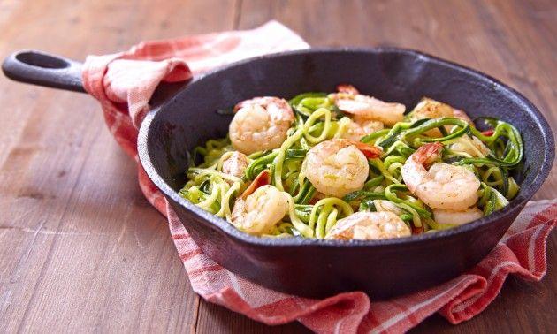 Espaguetis de calabacín con langostinos y piñones