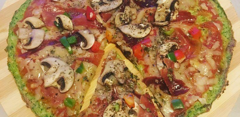Pizza de verduras con base de brócoli