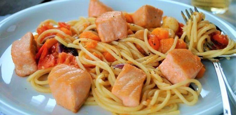 Espaguetis con verduras y salmón