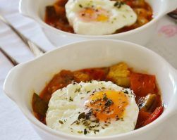 Guisantes con huevo a la flamenca